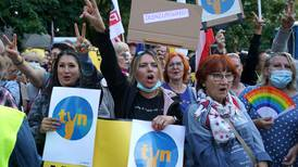 Polonia aprueba una controvertida ley para amordazar a la prensa
