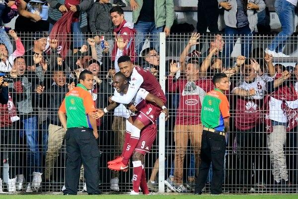 Rubilio Castillo celebra su anotación ante Grecia con Yostin Salinas. Foto: Rafael Pacheco