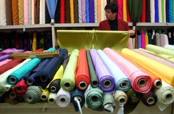 Un decreto colombiano añade un arancel de 10% a textiles y calzados que salen de la Zona Libre de Colón.