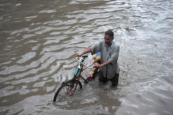 En Pakistán, donde también hay inundaciones desde el viernes, el numeró de fallecidos por las lluvias torrenciales llegó hoy a 34 personas,