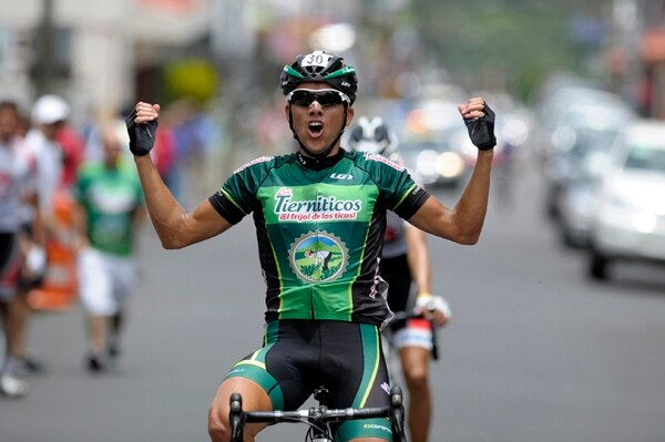 El pedalista César Rojas celebró en grande su victoria en la primera etapa de la Vuelta a Higuito, conseguida ayer por la mañana.   PABLO MONTIEL
