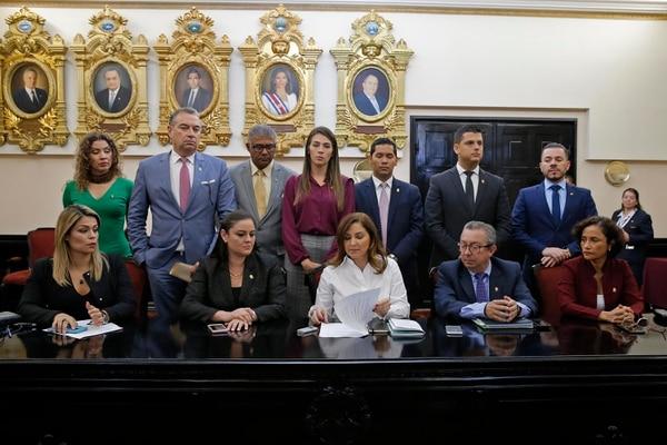 Silvia Hernández, del PLN, anunció la posición de su fracción en conferencia de prensa. Fotos: Mayela López