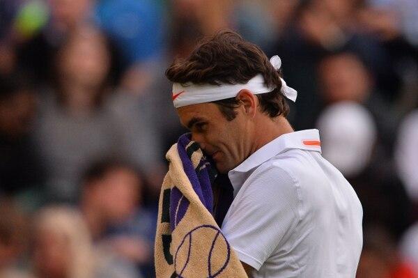 Roger Federer lamenta el perder una pelota ante el ucraniano Sergiy Stakhovsky, quien lo venció hoy en Wimbledon.