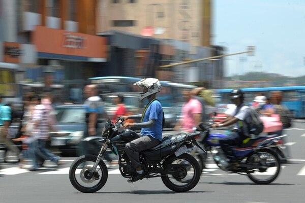 Un reglamento de cascos para motociclistas estipulará las características que estos deben tener, en busca de la seguridad de los conductores.