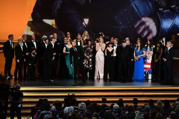 El elenco, equipo de producción y técnicos subieron al escenario en el Microsoft Theater de Los Ángeles, California, para recibir el premio de mejor serie de drama. Fotografía: AFP.