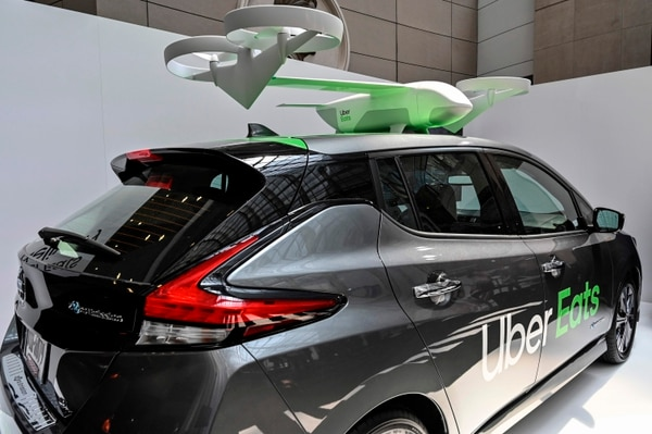 Un automóvil y un dron de Uber Eats se exhiben en el Uber Elevate Summit 2019 en Washington, DC. (EVA HAMBACH / AFP)