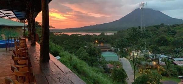 El hotel Castillo El Arenal, ubicado junto al lago y con el volcán al fondo, redujo la tarifa de $65 a ¢23.000 por noche, para atraer a los nacionales. Foto: Cortesía