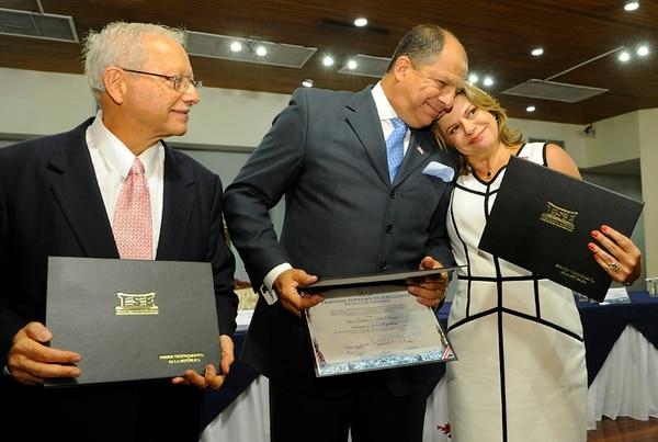 El presidente electo, Luis Guillermo Solís y sus vicepresidentes, Helio Fallas y Ana Helena Chacón, posan con las credenciales del TSE.   MARIO ROJAS.