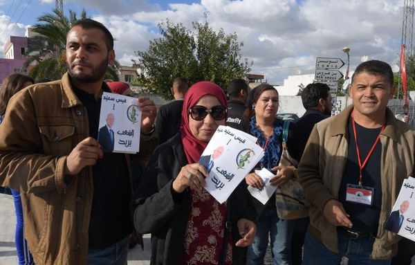 Voluntarios distribuían volantes del candidato presidencial Kais Saied, en la ciudad de Fouchana, cerca de la capital de Túnez, el 8 de octubre del 2019.