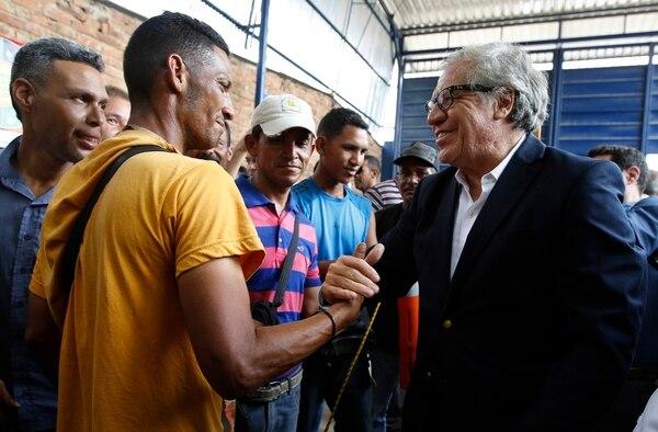 Secretario general de la Organización de Estados Americanos, Luis Almagro, saluda a los migrantes venezolanos en el refugio