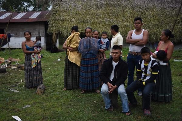 Claudia Maquin (izquierda), la madre de la niña migrantye Jakelin Amei Rosmey Caal, acompañada pro vecinos de la aldea de San Antonio Seacortez, departamento de Alta Verapaz.