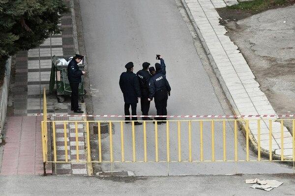 Los policías se toman una foto en una de las calles evacuadas.