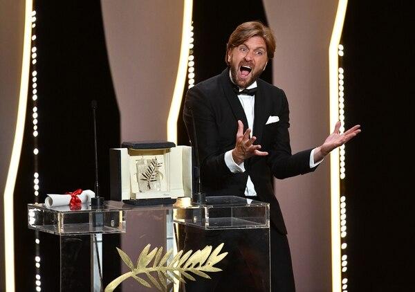 Más que efusiva, así fue la reacción de Ruben Östlund al recibir la Palma de Oro. Sin duda, fue sorpresivo premio. AFP