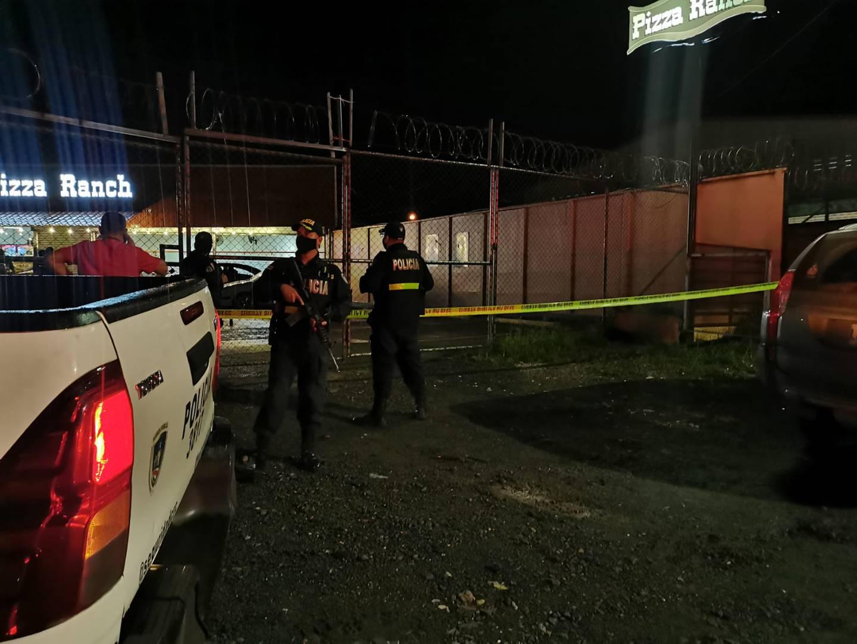 Dos hombres  y una mujer, con edades entre los 18 y los 43 años, fueron acribillados anoche en e parqueo de la Pizza Ranch, Cariari de Pococí.  Foto: Reiner Montero.