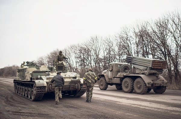 Un lanzador de cohetes ucraniano transita por la carretera cerca de Artemivsk, en el este ucraniano. Los combates entre separatistas prorrusos y las fuerzas oficiales, reanudados en enero, han elevado el número de muertos a más de 5.300 desde el inicio del conflicto armado en abril del 2014.