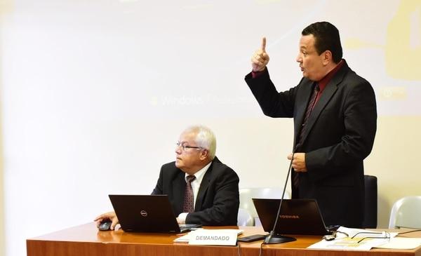 El extesorero del PAC, Maynor Sterling, junto a su abogado Milton Serrano, en la audiencia de este jueves en el Tribunal de Apelación de Sentencia de Goicoechea.