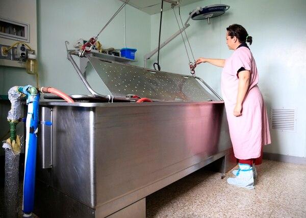 Esta es una tina utilizada para el tratamiento de quemaduras en el San Juan de Dios. El equipo es muy antiguo y el espacio en donde está es reducido. Las limitaciones de infraestructura elevan los riesgos de infección y explican, en parte, el brote de hace varias semanas.   RAFAEL PACHECO
