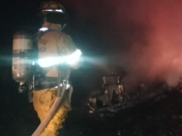 Los bomberos apagaron el fuego que se generó por la caída de la nave. Luego de encontraron los dos cuerpos. Cortesía del Cuerpo de BomberosCortesía de Bomberos