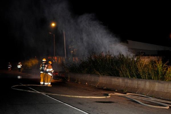 La noche del domingo 17 de setiembre los bomberos tuvieron que atender una fuga de combustible en uno de los oleoductos de Recope, en El Coyol de Alajuela. Foto: Rafael Murillo