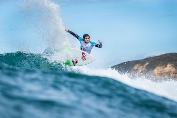 La surfista costarricense Brisa Hennessy derrotó a la actual líder del Tour Mundial, la estadounidense Caroline Mark, en la segunda fecha del Tour Mundial femenino que se realiza en Bells Beach, Victoria, Australia. Fotografía: World Surf League