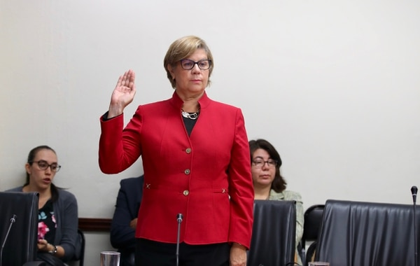 Marta Cubillo, tesorera nacional, compareció bajo juramento ante la Comisión de Control de Ingreso y Gasto Público. Foto: Graciela Solís