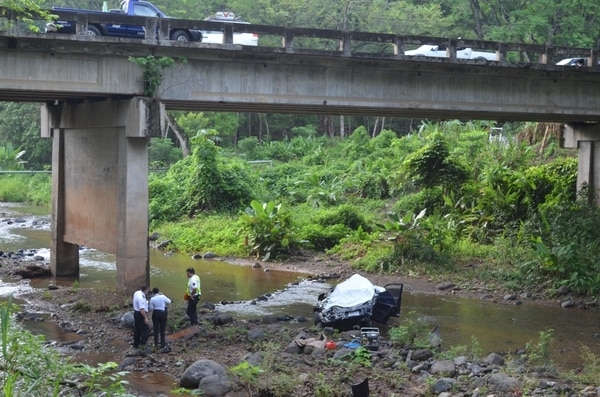 El vehiculo se habría desviado 25 metros antes de llegar al puente.