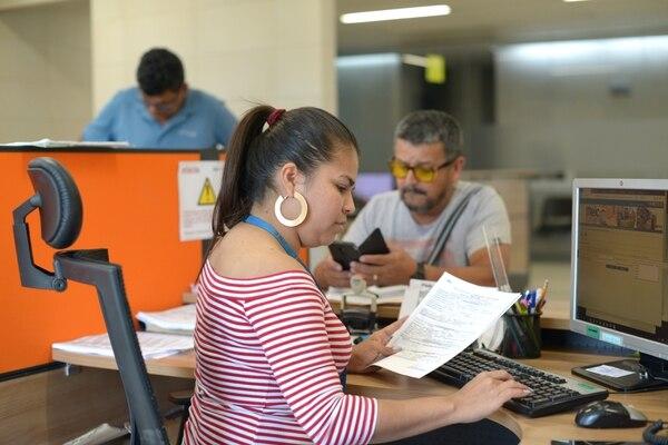 Entre los requisitos de acceso a opciones de crédito se encuentra algún nivel de formalidad, sea ante la Caja Costarricense de Seguro Social, Tributación o, como en la imagen, en el Registro Pyme, del Ministerio de Economía. (Foto archivo)
