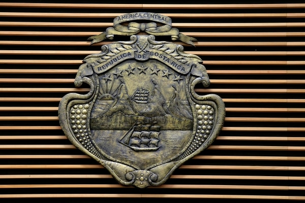 En la pared detrás de la mesa del Directorio se empotra el escudo de Costa Rica con un valor de ¢35 millones. Foto: Rafael Pacheco