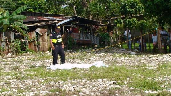 La Fuerza Pública custodió la escena hasta el levantamiento del cuerpo que fue avanzada la tarde, por parte del OIJ.