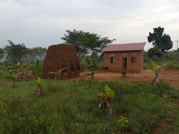 Una de las casas de la aldea donde vive la tica Carla Díaz, en Uganda.