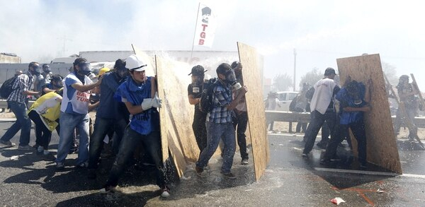 La Policía turca se enfrenta a un grupo de manifestantes en Estambul.