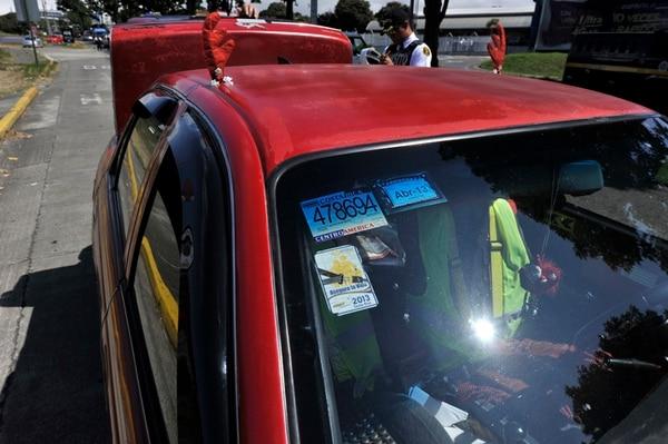 El pasado martes, el oficial Rolando Muñoz retiró las placas de este vehículo porque andaba sin los documentos al día. Los inspectores tienen la directriz de retirar los metales si detectan anomalías graves, como la falta de licencia de conducir.   ALONSO TENORIO.