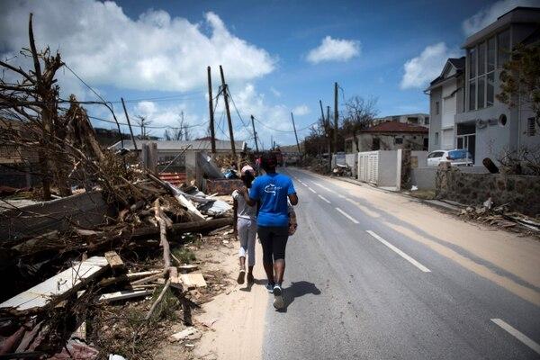 Dos mujeres pasan por escombros en Grand-Case, en la isla caribeña francesa de Saint-Martin, después de ser golpeada por el huracán Irma.