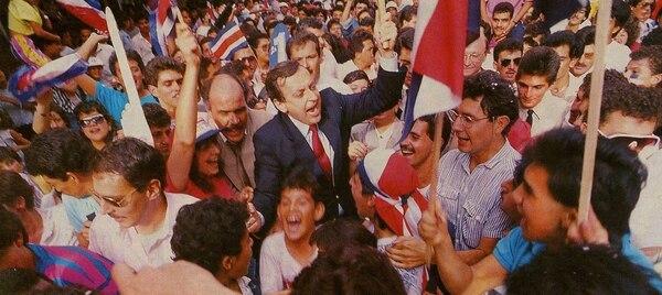 Rafael Ángel Calderón Fournier, Presidente de la República entre 1990 y 1994, se lanzó a las calles josefinas a celebrar la histórica victoria sobre Suecia, en el Mundial italiano.