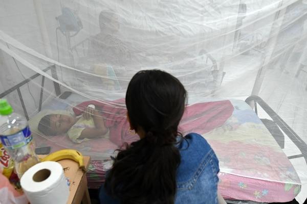 Un niño infectado por dengue yacía en una cama del Hospital Escuela, en Tegucigalpa, este miércoles 3 de julio del 2019.