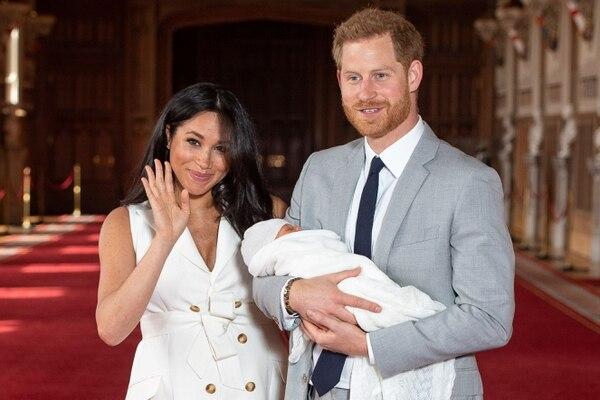 Dos días después de su nacimiento, Meghan Markle y el príncipe Enrique mostraron a su hijo. Foto: AFP