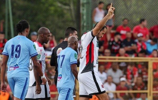 Marco Ureña fue el autor de los dos goles de Alajuelense en Santa Bárbara. Fotografía: John Durán