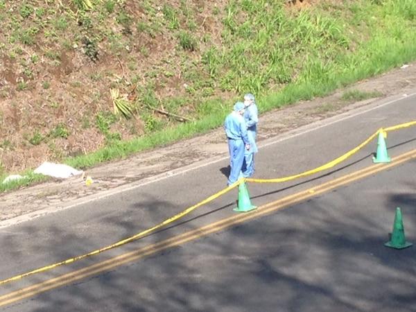 Un oficial de la Fuerza Pública fue localizado sin vida y con impactos de bala en la orilla de la carretera de Naranjo la mañana de este martes.