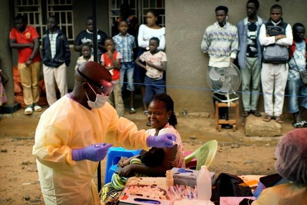 Durante la fase de pruebas, la primer vacuna contra el ébola fue probada en miles de personas de los países más críticos. Uno de ellos fue la República Democrática del Congo. (AP Photo/Jerome Delay)