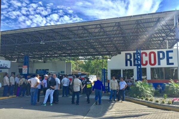 Empleados de Recope en las afueras de las instalaciones en Moín. Foto: Raúl Cascante.