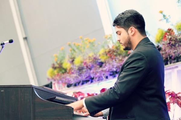 El pianista Randall González fue uno de los elegidos. La beca promueve ayuda a jóvenes artistas menores de 25 años. Foto: Cortesía Emilia Mora.