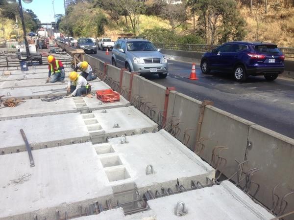 Ingenieros del Conavi revisan el avance en las obras del puente de la 'platina'.