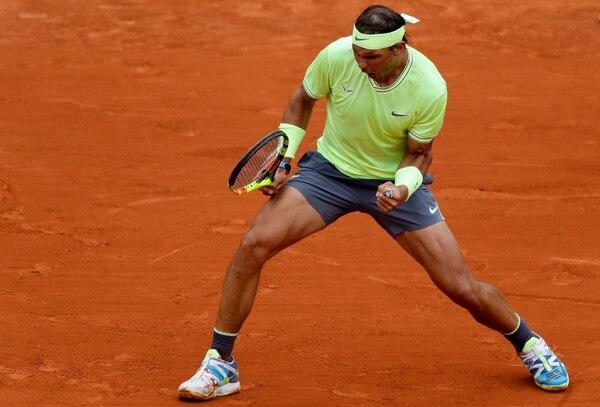 Rafael Nadal celebra uno de sus puntos ante el austriaco Dominic Thiem en la final de Roland Garros 2019. (Photo by Thomas SAMSON / AFP)