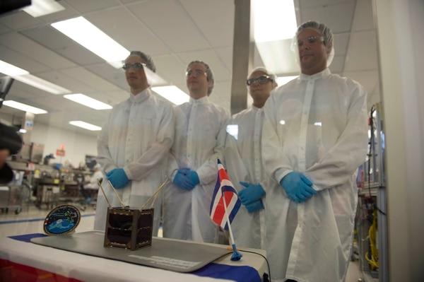 El dispositivo espacial fue ensamblado en un cuarto esterilizado de la empresa MOOG Medical, fabricante de partes médicas, ubicada en la Zona Franca Coyol. Ahí se realizó la presentación del aparato, listo para viajar a Japón, este lunes.