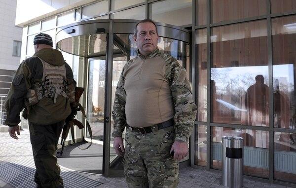 El representante de la República Popular de Donetsk, Ravil Khalikov, permaneció ayer en frente de un hotel después de una reunión en Donetsk. | AFP