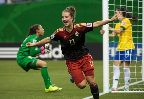 La alemana Sara Daebritz hizo ayer tres goles a Brasil, en Montreal.   AP