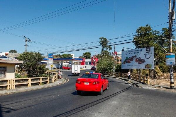 La ampliación del puente sobre el río Pirro, a la entrada de Heredia, es uno de los proyectos de interés de los diputados por Heredia. Para ello, esperan trasladar ¢500 millones del ahorro del Gobierno en el 2016.   JORGE ARCE
