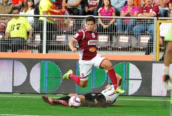 Daniel Colindres anotó ayer el primero de los tres goles con los que el Saprissa venció al Querétaro F. C. en un duelo amistoso disputado en México. Los morados volverán a jugar mañana en Oaxaca. | ARCHIVO