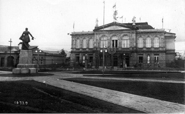 La casa donde se ubicó la aduana de San José hasta 1891 vista desde el techo del Teatro Nacional. Se desconoce el autor de la foto.