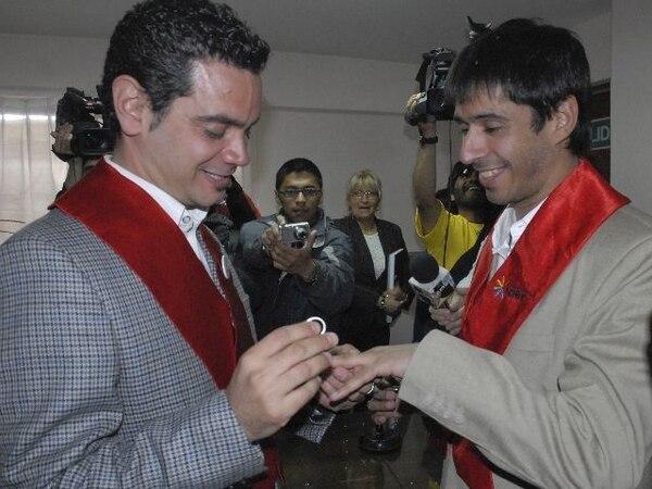 ARCHIVOAlex Freyre (derecha) recibió el anillo de matrimonio de su compañero José María Di Bello, durante su ceremonia de casamiento en el registro civil en Ushuaia, en el sur de Argentina, en diciembre de 2009. Este fue el primer matrimonio gay en América Latina.
